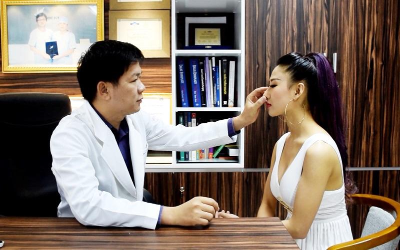 bác sĩ xem xét tình trạng cụ thể