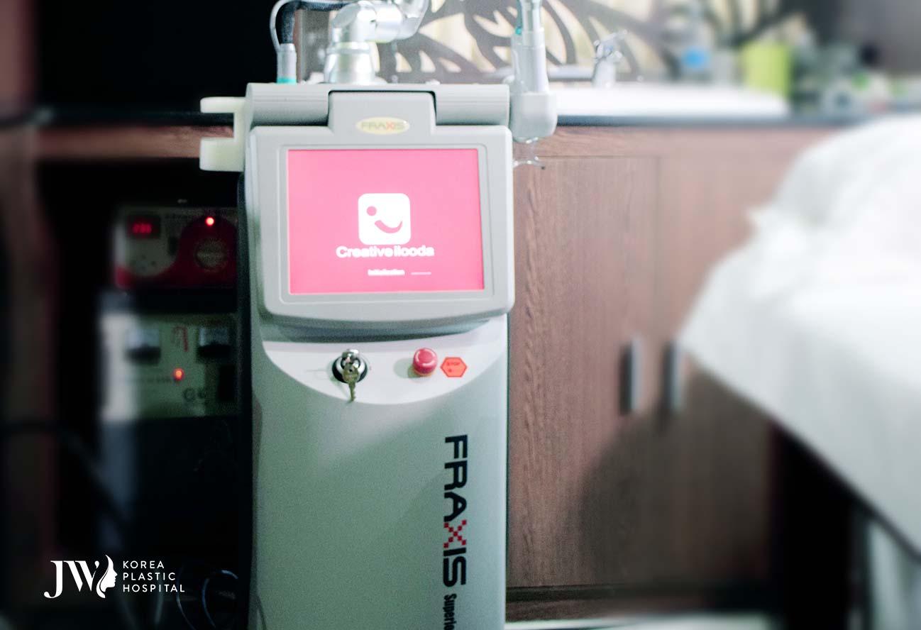 điều trị sẹo cho khách hàng bằng máy Laser Fractional CO2